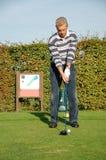 Jogador de golfe masculino que teeing fora Fotos de Stock Royalty Free