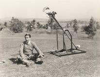 Jogador de golfe mecânico aproximadamente para bater a bola de golfe fora da cabeça do homem imagens de stock royalty free