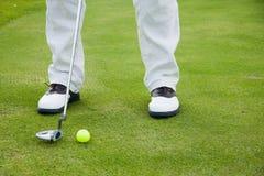 Jogador de golfe nas sapatas Fotografia de Stock Royalty Free