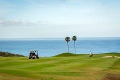 Jogador de golfe no campo de golfe em Tenerife foto de stock
