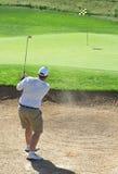Jogador de golfe no depósito da areia foto de stock royalty free