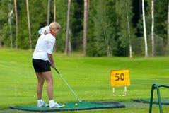 Jogador de golfe no feeld do golfe Fotos de Stock Royalty Free