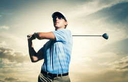 Jogador de golfe no por do sol Fotografia de Stock Royalty Free