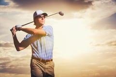 Jogador de golfe no por do sol Foto de Stock Royalty Free