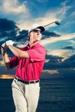 Jogador de golfe no por do sol Fotos de Stock