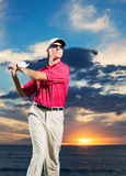 Jogador de golfe no por do sol Foto de Stock Royalty Free