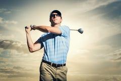 Jogador de golfe no por do sol Fotos de Stock Royalty Free