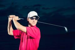 Jogador de golfe no por do sol Imagens de Stock Royalty Free