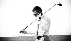Jogador de golfe no telefone Fotografia de Stock Royalty Free