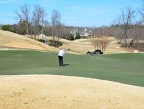 Jogador de golfe no verde de colocação, Geórgia, EUA imagem de stock