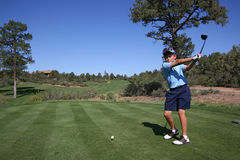 Jogador de golfe novo aproximadamente a tee fora Fotos de Stock Royalty Free