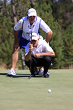Jogador de golfe que alinha um Putt Fotos de Stock Royalty Free