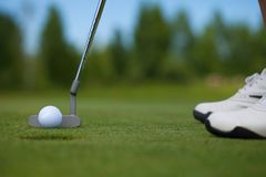 Jogador de golfe que bate dentro Fotografia de Stock Royalty Free