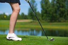 Jogador de golfe que bate um tiro do T Imagens de Stock Royalty Free