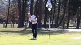 Jogador de golfe que bate uma microplaqueta vídeos de arquivo
