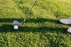 Jogador de golfe que concentra-se no furo Imagens de Stock