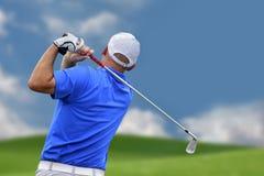 Jogador de golfe que dispara em uma esfera de golfe imagem de stock