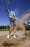 Jogador de golfe que dispara em uma esfera de golfe Foto de Stock