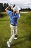 Jogador de golfe que dispara em uma esfera de golfe Imagem de Stock Royalty Free