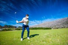 Jogador de golfe que joga um tiro no fairway Imagem de Stock Royalty Free
