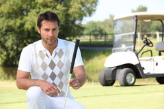 Jogador de golfe que olha sua esfera fotografia de stock