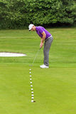 Jogador de golfe que põe o quadro múltiplo Fotografia de Stock