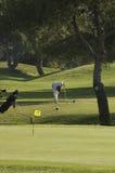 Jogador de golfe que prepara-se para tee fora Imagens de Stock Royalty Free