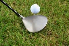 Jogador de golfe que prepara-se para tee fora. Fotos de Stock