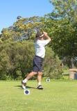 Jogador de golfe sênior que joga o golfe fotografia de stock