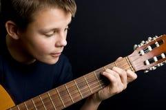 Jogador de guitarra adolescente Fotografia de Stock Royalty Free