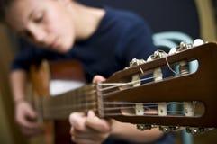 Jogador de guitarra adolescente Imagens de Stock Royalty Free