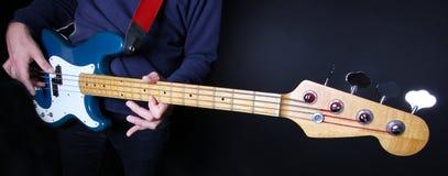 Jogador de guitarra baixa Imagens de Stock Royalty Free