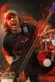 Jogador de guitarra baixa do metal pesado Fotos de Stock