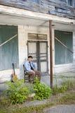 Jogador de guitarra no patamar velho Foto de Stock