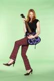 Jogador de guitarra principal vermelho do rock and roll com pé acima imagens de stock