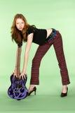 Jogador de guitarra principal vermelho do rock and roll que dobra-se sobre foto de stock
