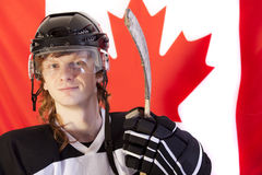 Jogador de hóquei do gelo sobre a bandeira canadense Imagem de Stock Royalty Free