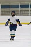 Jogador de hóquei em gelo da mulher durante um jogo imagens de stock royalty free