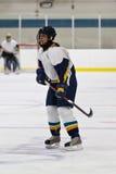 Jogador de hóquei em gelo da mulher durante um jogo foto de stock royalty free