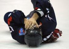 Jogador de hóquei em gelo ferido Imagens de Stock