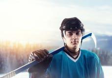 Jogador de hóquei em gelo no capacete e no equipamento Fotos de Stock