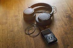 Jogador de música Mp3 com fones de ouvido fotos de stock