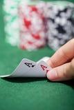 Jogador de póquer que verifica um par de ás Imagem de Stock Royalty Free