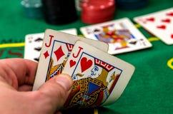 Jogador de pôquer com close-up de dois jaques Imagem de Stock
