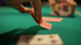Jogador de pôquer que faz a aposta, cartões de abertura do crouoier do casino, combinação de vencimento vídeos de arquivo