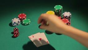 Jogador de pôquer que mostra pares de áss, boa possibilidade ganhar o banco grande dos rivais video estoque