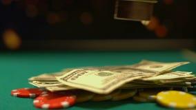 Jogador de pôquer que põe chaves sobre as microplaquetas, tudo, última oportunidade do dinheiro e da casa dos dólares video estoque