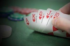 Jogador de pôquer afortunado com uma mão de vencimento Fotografia de Stock Royalty Free