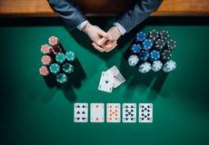 Jogador de pôquer com cartões e microplaquetas Fotografia de Stock