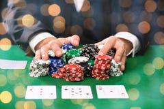 Jogador de pôquer com cartões e microplaquetas no casino Foto de Stock Royalty Free